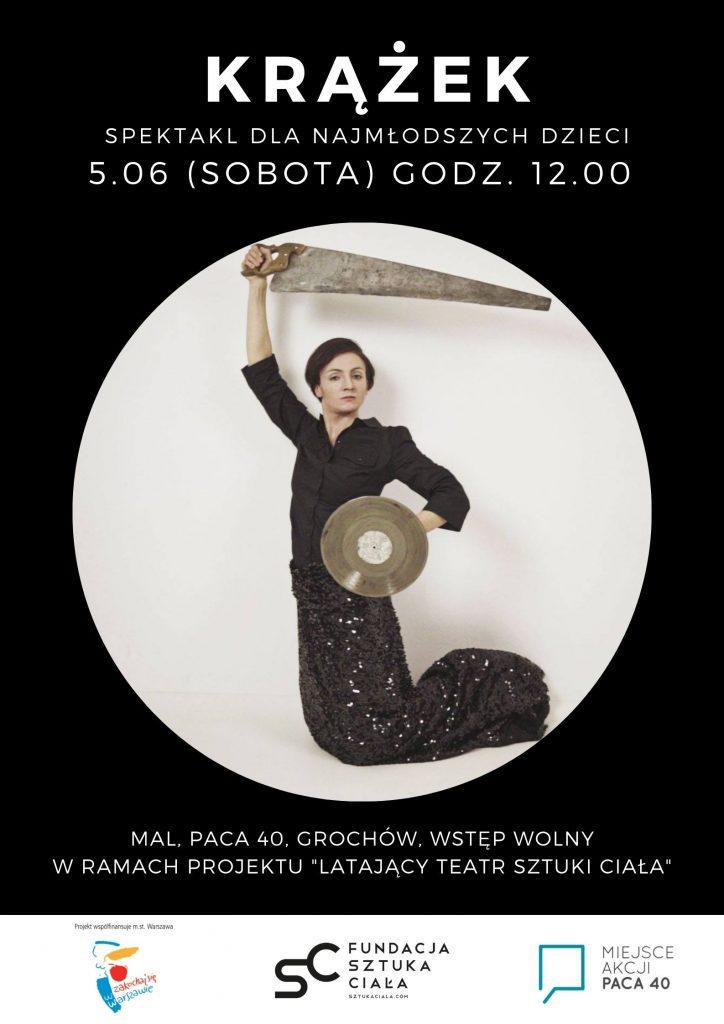 """Plakat promujący spektakl """"Krążek"""" czarne tło, w środku biały okrąg a w nim ubrana na czarno kobieta imitująca syrenkę warszawską.  Na dole logotypy Fundacji, ms. st. Warszawy i Miejsca Akcji Paca"""